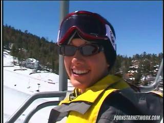 Taylor βροχή relaxes μετά μερικοί skiing