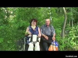 Senelė ir senelis šūdas lauke