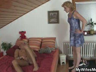 Girlfriends karštas mama helps jį sperma