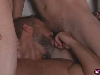 Dirk fucks 3 seksi studs di stepfathers rahasia