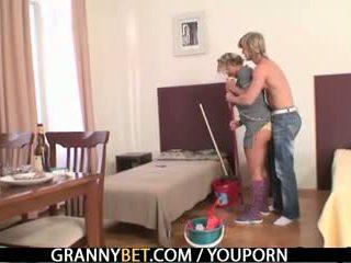 Ώριμος/η housemaid gets αυτήν μουνί filled με καβλί