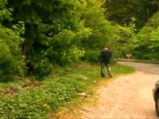 Bbw storas suaugę senelė su didelis krūtys pakliuvom į the miškas