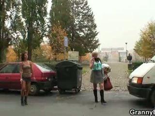 Млад dude picks нагоре 60 years стар проститутка