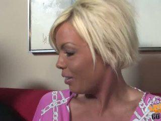 Veliko oprsje blondinke milf jordan blue goes črno