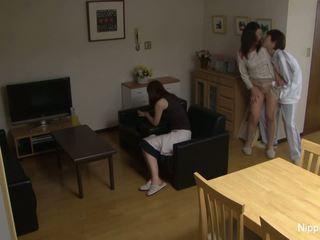Asiatique milf gets baisée dur tandis que son ami bandes elle