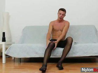 Gay guy teasing seine schwanz im panty-hose