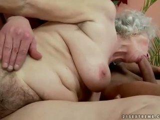 Włochate tłusta babcia enjoys gorące seks z handsome człowiek