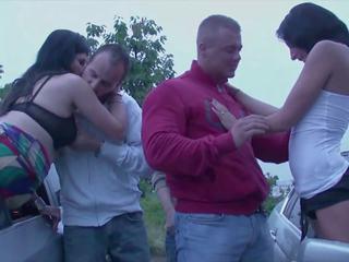 Public orgie avec 2 en chaleur filles baisée par strangers en une
