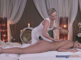 Masāža rooms seksuālā blondīne gives melnas haired beauty an intense orgasms