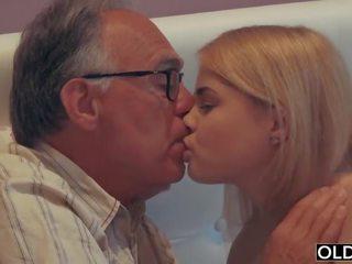 18 yo punca poljubljanje in fucks ji korak oče v njegov spalnica