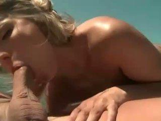 Joanne солодка gets анал трахкав на човен