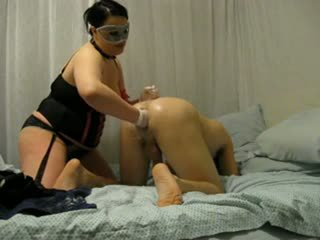 大美女 情婦 destroys 他的 屁股 同 fist 和 strap 上