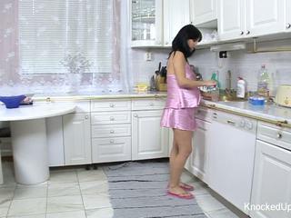 Simpatiska & grūtniece skaistule fucks uz the virtuve