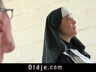 Velho homem marcas jovem monastery freira fornicate