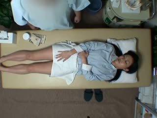 Spycam reluctant বউ seduced দ্বারা masseur