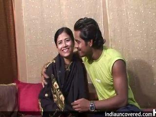 처음으로 섹스 에 camera 용 귀여운 인도의 과 그녀의 hubby