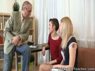 Crafty, tricky régi tanár manages hogy beszélgetés martina bele játszik -val neki barát whilst ő joins -ban!