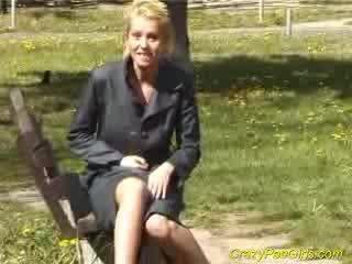 Blondie pees į children park