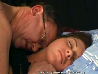 Tenåring knullet mens soving