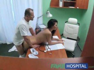 Fakehospital 의사 fucks 포르노를 여배우 위에 책상 에 개인 clinic