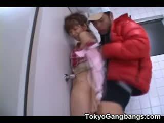 Asiatique virgin baisée par une pervert!