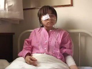 Νέος ιαπωνικό πόρνη με ruptured βυζιά και πρωκτικό injury