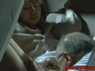 Jaapani küpsemad milf gets oralsex