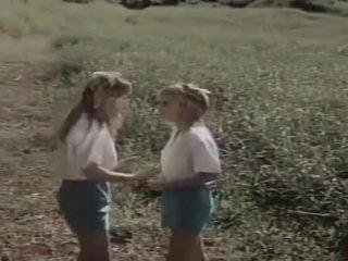 2 gadis scouts dalam bidang fantasy