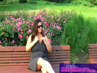 Maria moore - solo på park bench