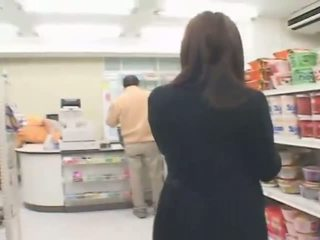 Gjoksmadhe japoneze hitomi tanaka has seks në the dyqan