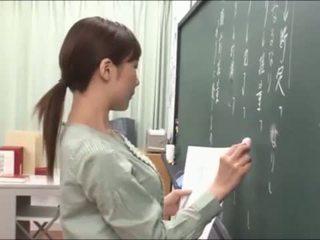 Japanisch lehrer gives ein valuable lesson bei die blackboard