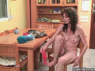 Saggy nonnina finger fucks suo pelosa fica