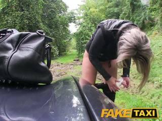 Faketaxi білявка краля трахкав в її трохи манда з трусики навколо ніжки