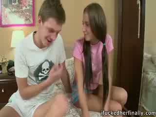 Anabel screamed ir moved jos hips kai the guy išgręžtas jos putė.