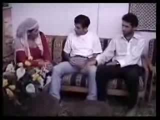 Arabisk husmor knullet med two guys. video
