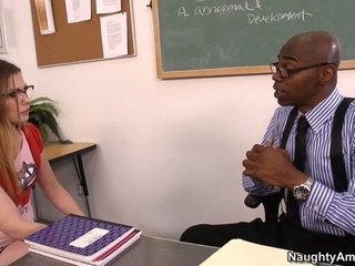 Discussing viņai grades