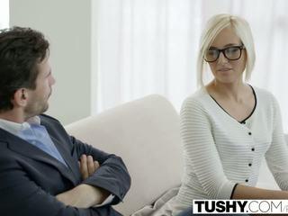 Tushy fierbinte secretara kate england gets anal de la client