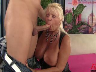 Vollbusig blond gilf mandi mcgraw enjoys einige schwanz: hd porno f5