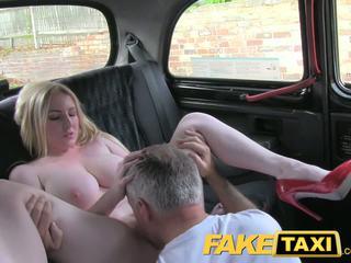 Faketaxi si rambut perang perempuan menawan dengan besar payu dara gets cantik creampie dalam taxi