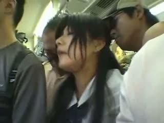 Nhút nhát cô gái gangbanged trong một công khai xe lửa
