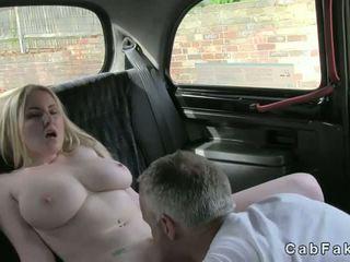 Besar payu dara si rambut perang faraj licked dalam taxi