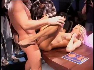 Briana banks bent über ein tisch getting sie feucht fick aperture slammed mit riese coc