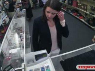 Customers esposa follada en la cuarto trasero de la pawnshop