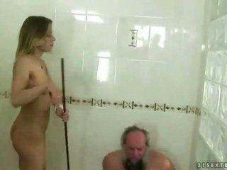 Remaja punishing kakek