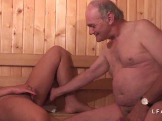 Jeune বুরুতী sodomisee dans un দলবদ্ধ avec papy.