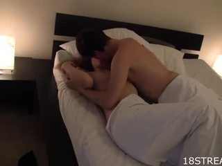 Owadanja gyz kisses