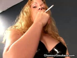 Blondine honing roken ontzagwekkend en rubbing haar boezem