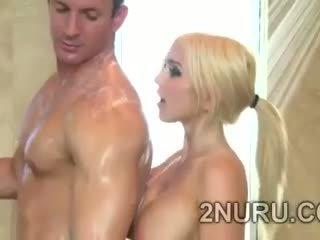 Stor stacked blondie seduces hunky perv i den dusj