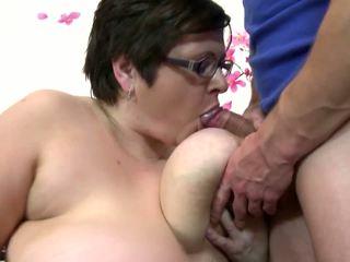 大 成熟 妈妈 咂 和 他妈的 年轻 幸运 男孩: 自由 色情 4c