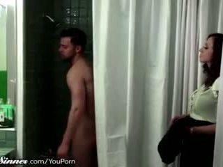 Belle mère waits pour fils en la douche
